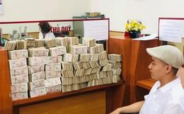 """Hình ảnh nam thanh niên """"lầy lội"""" mang 200 triệu toàn mệnh giá 2.000 đồng đi gửi ngân hàng khiến nhiều người xôn xao"""