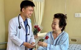 """Ngày 8/3, các y bác sĩ bất ngờ tặng hoa cho nữ bệnh nhân: Hi vọng """"một nửa thế giới"""" sẽ luôn hạnh phúc và nụ cười luôn nở trên môi"""
