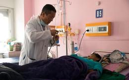 Thủ tướng Bhutan làm bác sĩ chữa bệnh cho người dân vào cuối tuần
