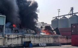 Cháy lớn tại xưởng chứa đồ nhựa gần cây xăng