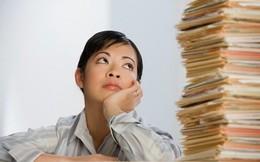 Nhân viên ngân hàng phải về muộn: Lỗi tại ai?