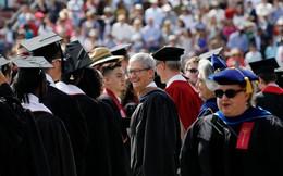 """Trước khi cánh cửa đại học khép lại, cánh cửa """"trường đời"""" mở ra, CEO Apple Tim Cook gửi gắm sinh viên 8 lời khuyên đắt giá"""