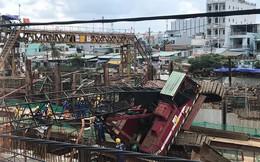 Cần cẩu ở Sài Gòn bất ngờ lật nghiêng đổ sập xuống mái nhà dân