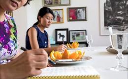 Cận cảnh lớp học trị giá 16 nghìn USD của chị em nhà giàu chỉ để biết cách ngồi bàn, ăn chuối sao cho quý tộc
