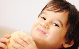 Cậu bé 6 tuổi tử vong sau khi ăn miếng bánh mì, bác sĩ chỉ phương pháp sơ cứu khi trẻ hóc dị vật ai cũng nên biết