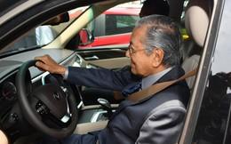 Thủ tướng 94 tuổi Mahathir Mohamad: Lái xe VinFast, tiếc là tôi chỉ lên được 100km/h thôi!