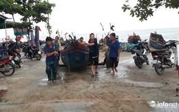 """TP. Sầm Sơn: Bão áp sát bờ, nhiều du khách vẫn """"vô tư"""" tắm biển"""
