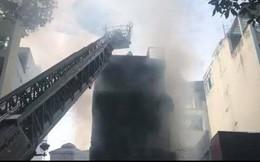 Cháy dữ dội tòa nhà cao tầng trên đường Nguyễn Trãi, TP HCM