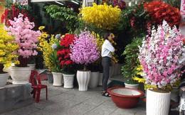 Tràn ngập hoa giả trang trí Tết giá bạc triệu