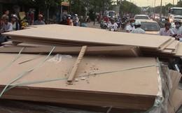 Hàng trăm tấm gỗ ép trên xe container lao xuống đường, nhiều người thoát chết