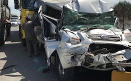 Dân giải cứu tài xế mắc kẹt trong ô tô 16 chỗ sau va chạm liên hoàn