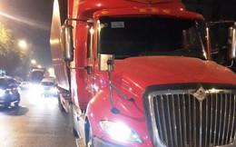 Xe container lao lên dải phân cách, tài xế có dấu hiệu bất thường