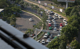 Hàng nghìn phương tiện chôn chân dưới cái nắng ở cổng sân bay Tân Sơn Nhất
