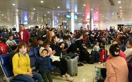 Hành khách vác vali chạy bộ cho kịp giờ bay