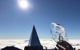 Mùng 2 Tết, đỉnh Fansipan băng phủ trắng