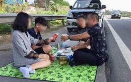 Hình ảnh gây phẫn nộ: Cả gia đình trải bạt, ăn uống trên cao tốc Nội Bài - Lào Cai bất chấp dòng phương tiện chạy rầm rập
