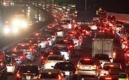 Pháp Vân - Cầu Giẽ ùn tắc dài, nhân viên trạm thu phí phải mở đường cho xe cứu thương thoát ra đường tránh
