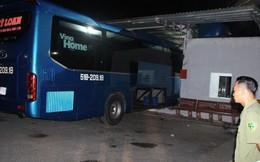 Lơ xe của nhà xe Mỹ Loan nổ máy chuẩn bị xuất bến tông vào nhà chờ khiến 6 người thương vong