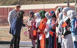 """Bà bầu Meghan """"lấn át"""" chồng trong sự kiện, khiến Hoàng tử Harry ngượng ngùng xấu hổ vì điều này"""