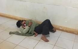 Bố ôm con trai nhỏ co ro nằm ngủ nơi hành lang bệnh viện đợi mẹ đi sinh - bức ảnh khiến bao người cảm động