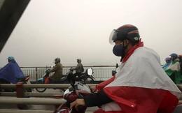 Hà Nội ngập trong sương mù, giao thông đi lại khó khăn