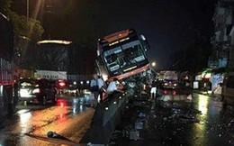 """Thanh Hóa: Xe khách nằm """"vắt vẻo"""" trên dải phân cách, 40 hành khách hoảng loạn"""