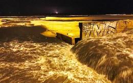 Nước thải bốc mùi hôi nồng nặc ào ào đổ ra biển Đà Nẵng