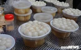 Ảnh: Người Hà Nội xếp hàng mua bánh trôi, bánh chay ngày Tết Hàn thực