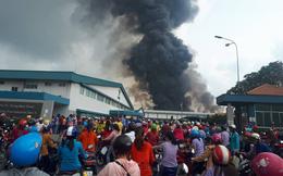 Đang cháy dữ dội trong khu công nghiệp Sóng Thần, khói cuộn cả chục mét