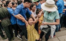 Chùm ảnh: Em nhỏ hoảng sợ khóc thét, được người nhà lôi kéo chen chúc giữa biển người tiến vào đền Hùng