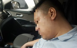 Dừng đèn đỏ, tài xế ở Hà Nội ngủ quên trong xe nửa giờ khiến CSGT phải cẩu cả xe và người