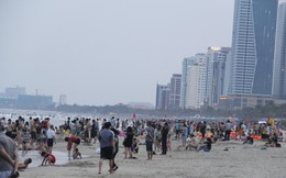 Hàng ngàn du khách đổ về bãi biển 'đẹp nhất hành tinh' Đà Nẵng