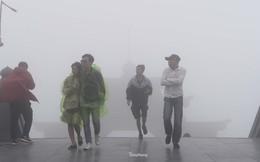 Du khách co ro trong tiết trời 13 độ C giữa hè ở Sa Pa