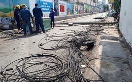 Kinh hoàng hàng loạt trụ điện đổ giữa đường nhiều người thoát chết