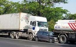 """3 người kêu cứu trong """"xế hộp"""" biến dạng trên đường Nguyễn Văn Linh"""