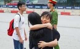 Chùm ảnh cảm động: Muốn hiểu thấu lòng cha mẹ, hãy đến cổng trường những ngày thi