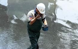 Giắt ca nhựa sau lưng, tiến sĩ Nhật làm điều kỳ lạ giữa sông Tô Lịch