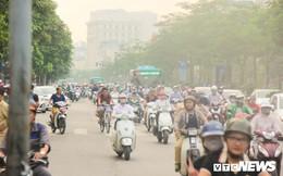 Ảnh: Nhà chờ xe buýt 'mọc' giữa tuyến đường hiện đại bậc nhất Thủ đô, người dân vừa đi vừa sợ