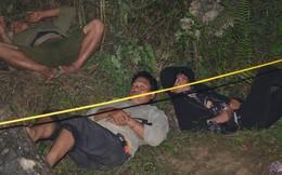 [Ảnh] Người dân, cứu hộ nằm trên mỏm đá, cửa hang chờ giải cứu người đàn ông mắc kẹt dưới hang nước