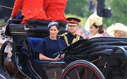 """Hoàng tử Harry gây chú ý với gương mặt """"lạnh như tiền"""", không mấy vui vẻ khi ngồi cạnh vợ Meghan và lý do khiến ai cũng ngỡ ngàng"""