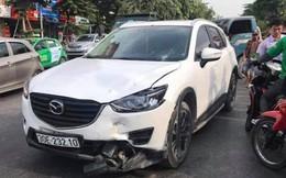 Mazda CX5 tông gãy đôi xe máy Liberty trên phố Hà Nội, 2 cô gái bị thương