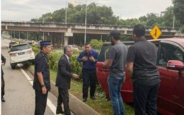 """Bức ảnh Vua Malaysia dừng xe, hỗ trợ người bị tai nạn giao thông gây """"sốt"""""""