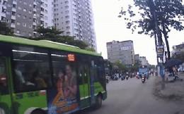 """Clip: Khoảnh khắc ô tô """"điên"""" lao ngang đường đâm liên tiếp 8 phương tiện ở Hà Nội khiến nhiều người hoảng sợ"""