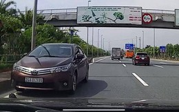 """Xe Toyota Altis phóng ngược chiều """"đối đầu"""" nhiều ô tô ở làn tốc độ 90km/h tại Hà Nội"""