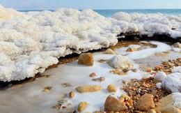 """Hiện tượng """"tuyết muối"""" rơi ngập Biển Chết khiến khoa học đau đầu suốt gần 50 năm cuối cùng đã có lời giải"""