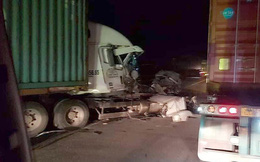 Container bị biến dạng sau khi đâm vào xe tải chở cột bê tông trên Quốc lộ 5