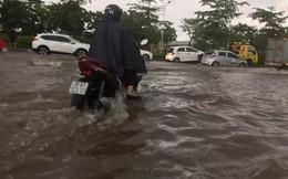 """Hà Nội: Nhiều nơi ngập sâu, người dân chật vật vượt """"biển"""" nước"""