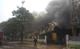 1000m2 của nhà máy sát trung tâm thương mại ở Long Biên bốc cháy ngùn ngụt, khung nhà gẫy gập
