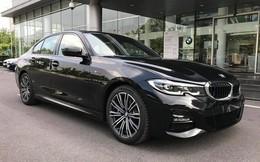 Đối đầu BMW 330i M Sport vs Mercedes-Benz C 300 AMG: Có gì khác khi giá chênh bằng một chiếc VinFast Fadil bản cao cấp?