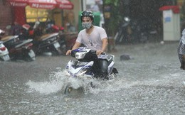 Hà Nội: Nhiều tuyến phố ngập sâu sau mưa lớn, người dân vất vả di chuyển, đẩy xe chết máy cả cây số